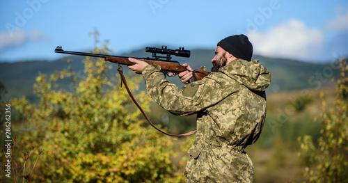 Fotografía  Focus and concentration of experienced hunter