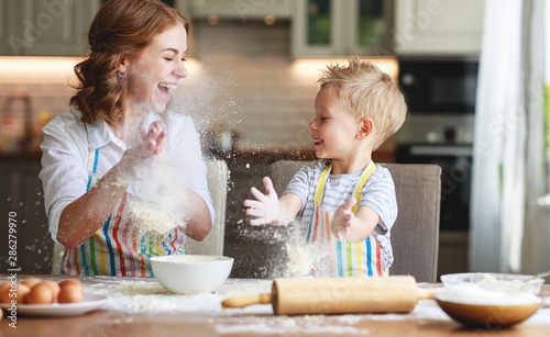 Fotomural  happy family in kitchen