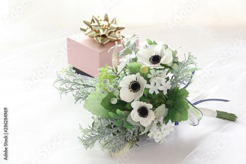 Foto 白いアネモネのブーケと結婚祝い