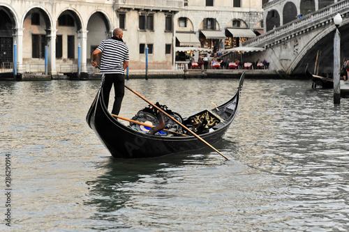 Türaufkleber Gondeln Canal Grande mit Booten, Gondeln und Rialto-Brücke, Venedig, Venetien, Italien, Europa