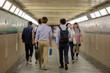 都内の地下通路を歩く若者たちの後ろ姿