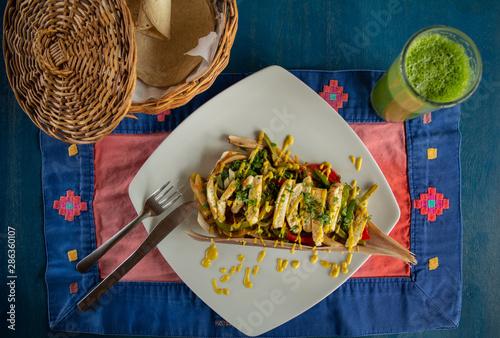 delicioso plato vegetariano, con vegetales aderezo de mostaza, tortillas y jugo Wallpaper Mural