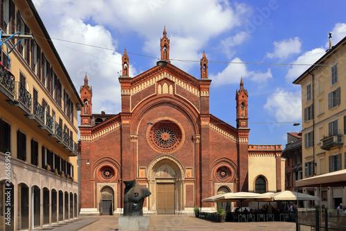 Autocollant pour porte Milan santa maria del carmine church in milan city in italy