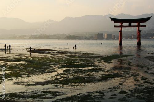 Photo 安芸の宮島 夕暮れの厳島神社の大鳥居