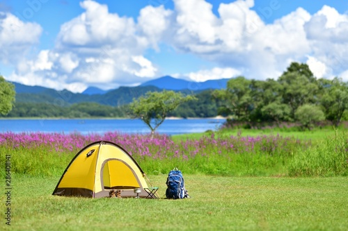 Obraz 夏の高原・湖畔のキャンプ - fototapety do salonu