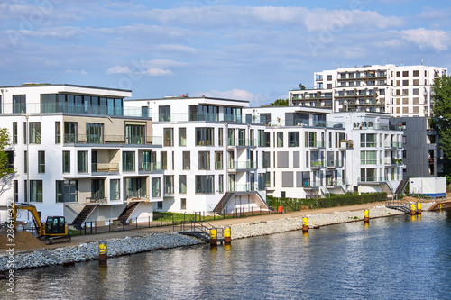 Modern houses built at the river Spree in Berlin, Germany Fototapet