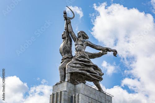 The sculpture of Rabochiy i Kolkhoznitsa (Worker and Kolkhoz Woman) Canvas-taulu