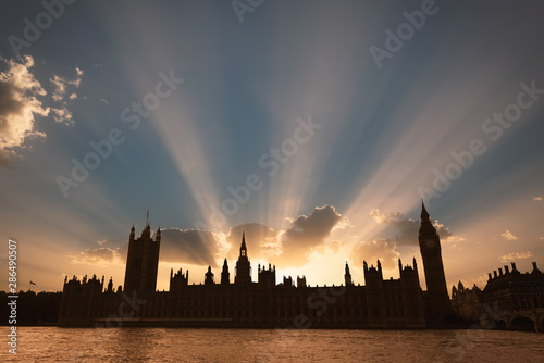 Dramatic sun beams behind the Palace of Westminster as the sun sets in London Fototapeta