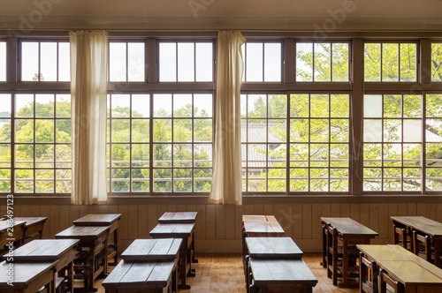 Fotografie, Obraz  廃校 教室の窓と机
