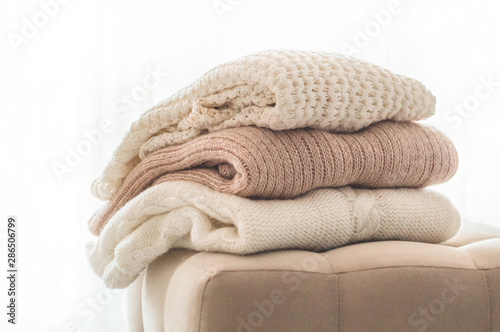 Fotomural  A stack of knitted sweaters in the interior of the living room