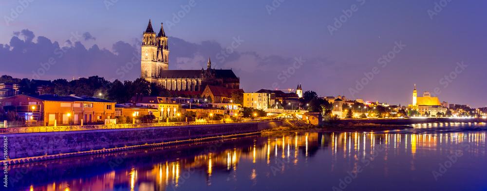 Fototapety, obrazy: Magdeburg an der Elbe mit Magdeburger Dom, Johanniskirche, mit Promenade am Ufer des Flusses in Abendstimmung mit Abendrot und beleuchteten Gebäuden im Panorama