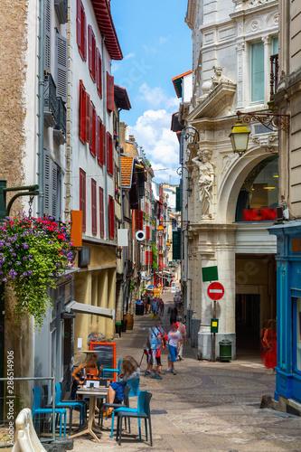 Fototapeten Schmale Gasse Cityscape of French town Bayonne