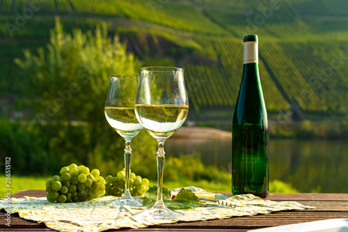 Photo Famous German quality white wine riesling, produced in Mosel wine regio from whi