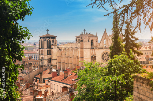 Cityscape view of Lyon Jean Baptist Cathedral at hot summer day Fototapet