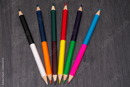 Photo Colored pencils isolated on dark wooden background