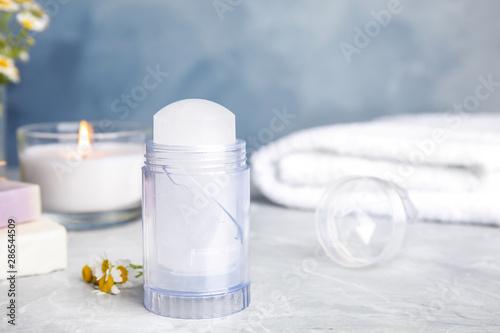 Photo Natural crystal alum deodorant on light grey marble background
