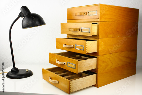 Fotografia  old wooden cardbox with drawers and compartments register for slides photographs