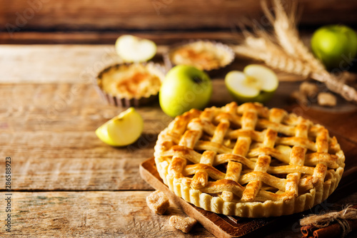 Fotografia Apple pie with fresh apple slices