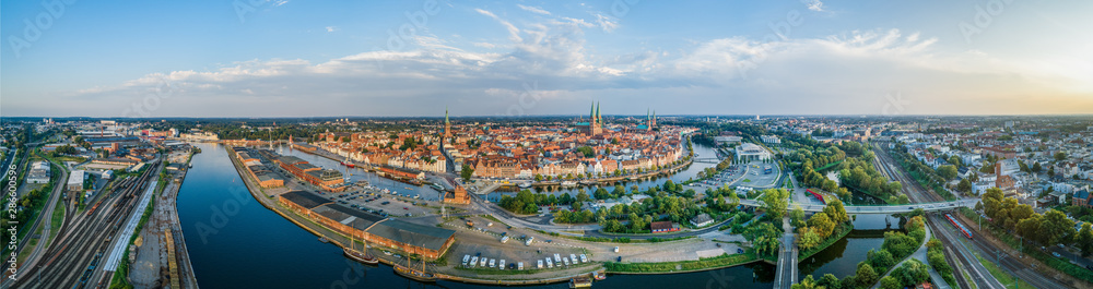 Fototapeta Panorama der Hansestadt Lübeck im Sommer