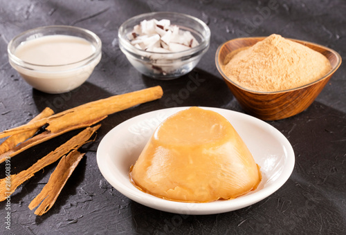 Foto Natilla traditional Colombian food - Coconut, milk and cinnamon ingredients