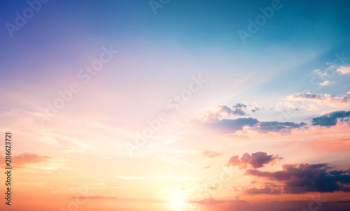 Fotografia Natural background concept: Sunset blue sky and clouds backgrounds