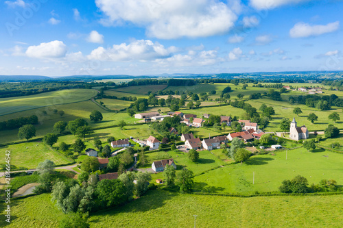 Le village de Cuncy-les-Varzy au milieu de la campagne Fototapet