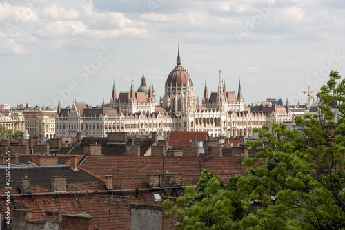 In de dag Boedapest Hungarian Parliament in Budapest, view over the city roofs