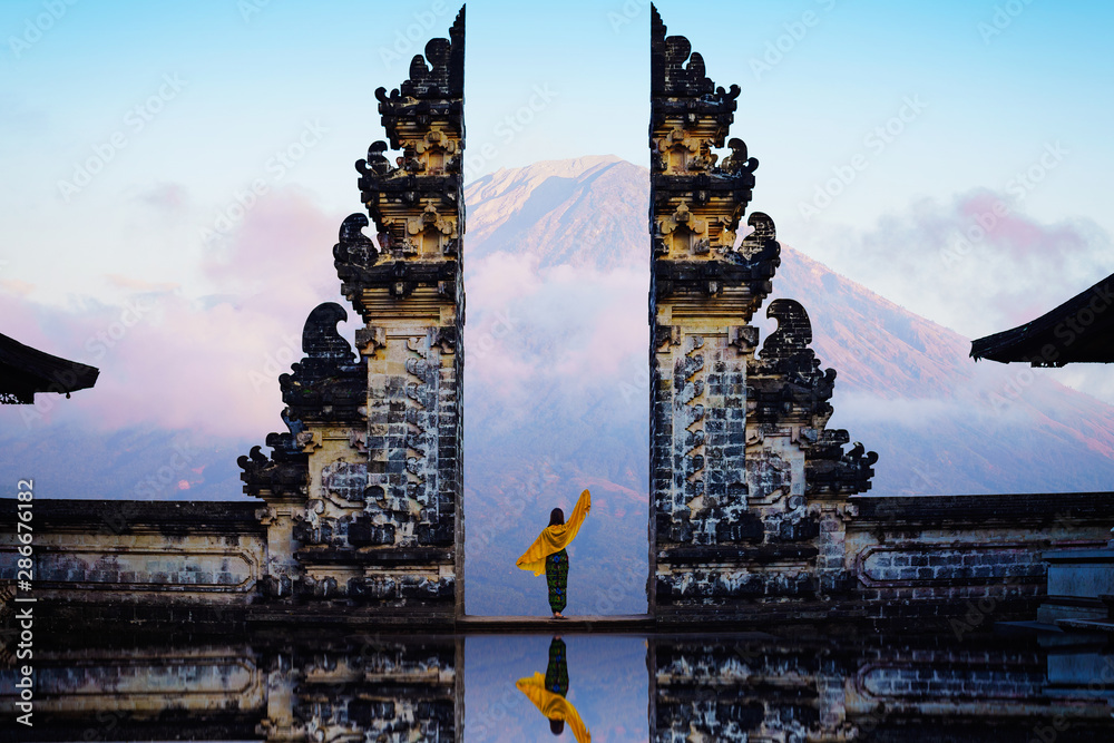 Fototapety, obrazy: Female tourist at temple gates of heaven