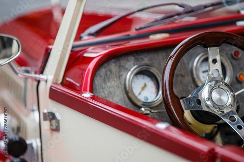 Photo Retro car, retro torpedo car, vintage steering wheel, speedometer