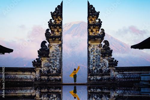 Poster de jardin Bali Female tourist at temple gates of heaven