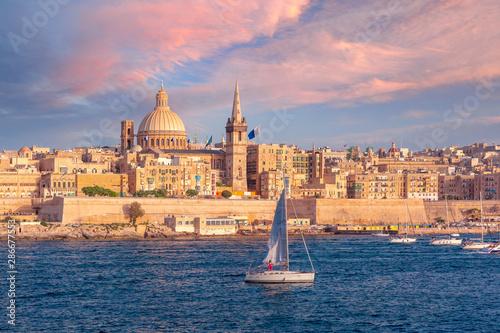 Poster Mediterraans Europa Valletta Skyline from Sliema at sunset, Malta