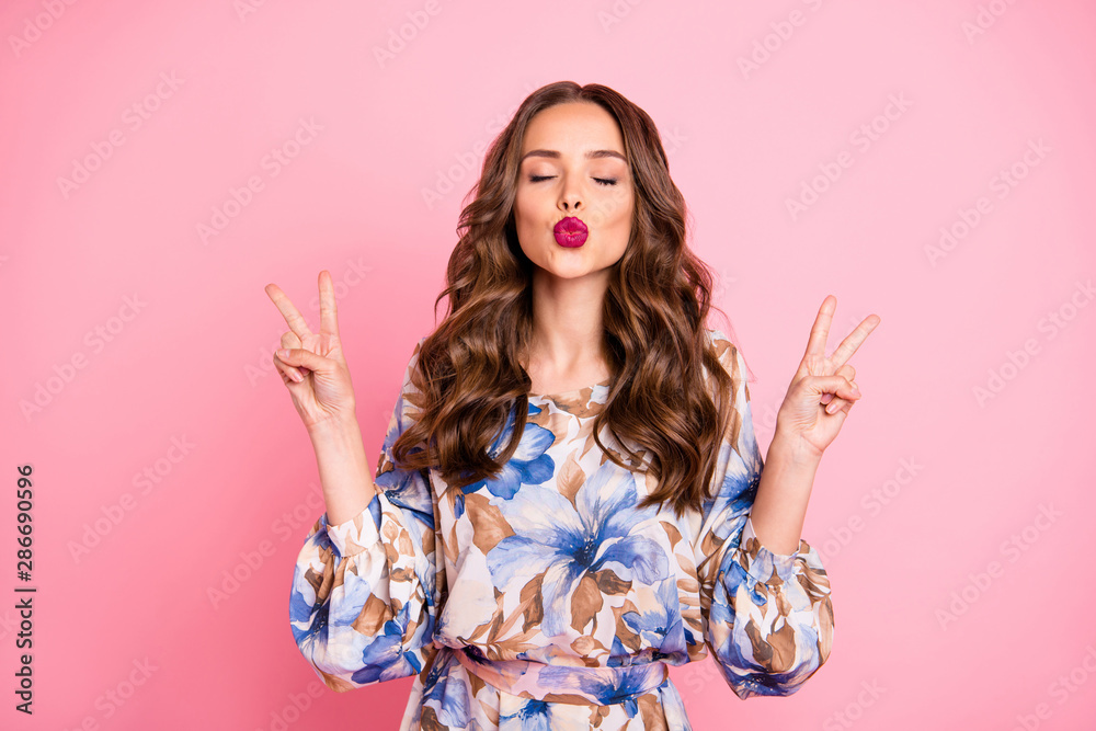 Fototapeta Portrait of her she nice-looking attractive lovely sweet flirty winsome lovable fascinating cheerful cheery wavy-haired lady showing v-sign kiss you isolated over pink pastel background