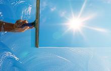 Fensterputzer Putzt Fenster Mit Schaum Und Abzieher Im Sonnenlicht