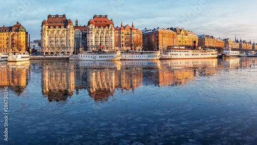 Photo sur Aluminium Stockholm Stockholm waterfront with old architecture reflecting in the frozen bay in winter.