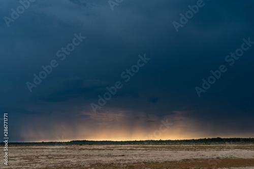 Obraz Burzowe chmury nad równiną. - fototapety do salonu