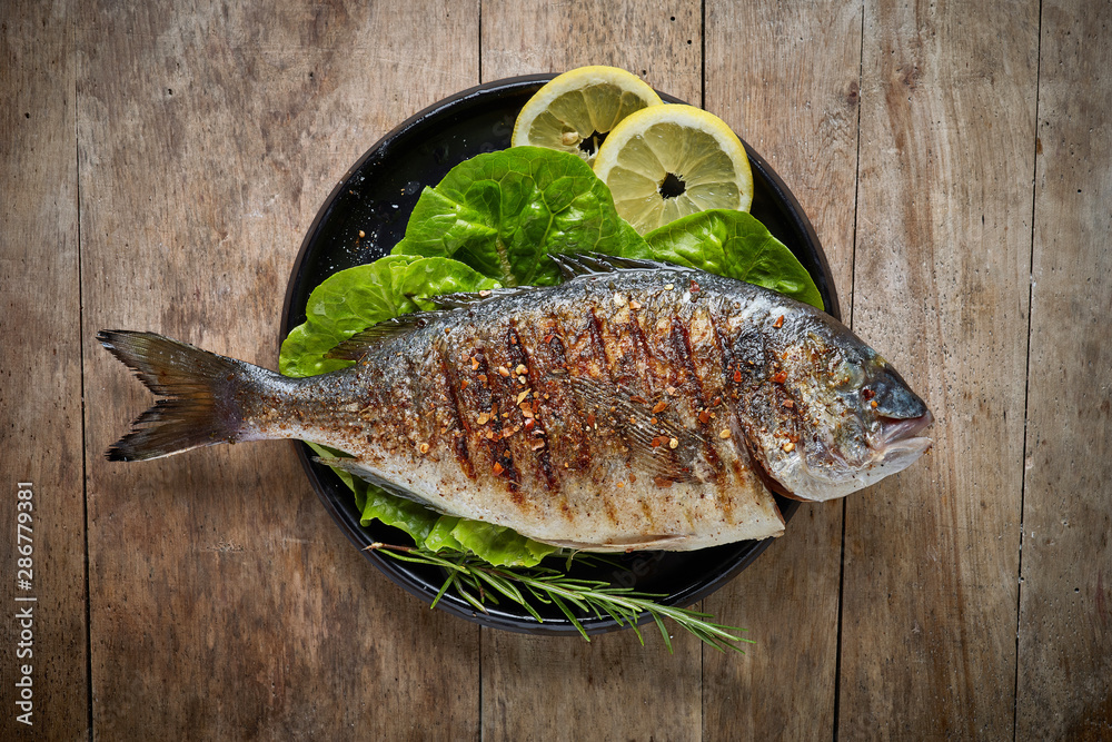 Fototapety, obrazy: Grilled fish on black plate