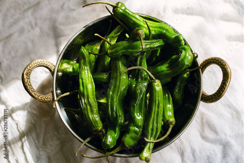 Photo  Bowl filled with raw shishito peppers fresh from a backyard garden (Capsicum ann