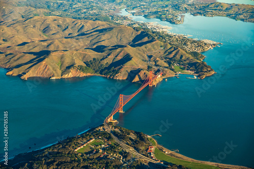 Photo  Aerial view of the Golden Gate Bridge in San Francisco with Sausalito in the bac