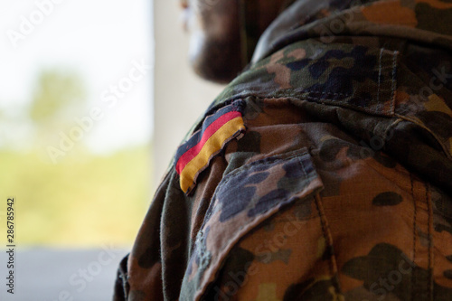 Fotomural  German soldier with a gun at military training area
