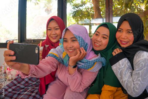 Fotografía Muslim woman and her teenager daughters