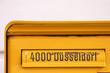 Gelber Briefkasten mit Aufschrift 4000 Düsseldorf lädt zur analogen Kommunikation per Brief und Einschreiben ein und lässt den Job des Briefträgers nicht aussterben