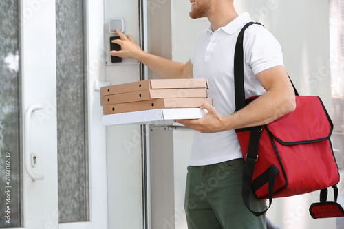 Worker of food delivery service ringing the doorbell Tapéta, Fotótapéta