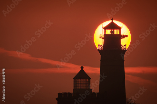 Autocollant pour porte Phare Die Sonne geht hinter dem Leuchtturm am Kap Arkona auf Insel Rügen auf