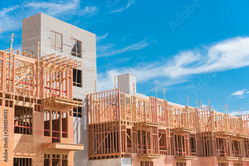 Photo Modern apartment building under construction with wooden framework near Dallas