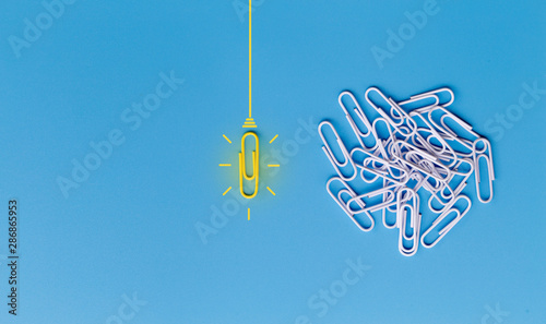 Fotografía  Great ideas concept with paperclip,thinking,creativity,light bulb on blue background,new ideas concept