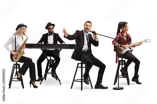 Fotografia Music band with a guitarist, sax and keyboard and a singer