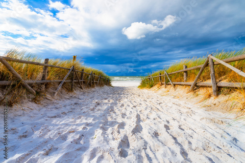 Foto  Entrance to beautiful sandy beach in Lubiatowo village, Baltic Sea