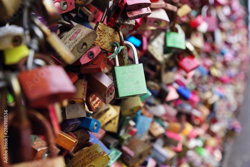 Stampa su Tela  Colorful metal pad locks, symbol of eternal love.