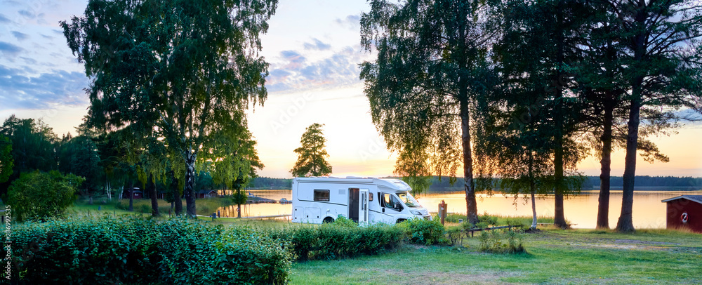Fototapety, obrazy: Camping am See mit Wohnmobile Wildcamping Sommer Urlaub