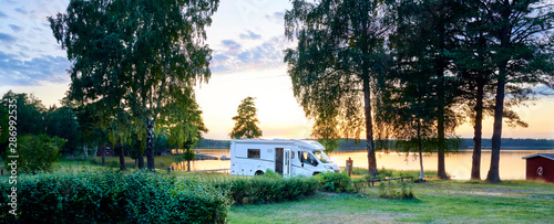 Foto Camping am See mit Wohnmobile Wildcamping Sommer Urlaub